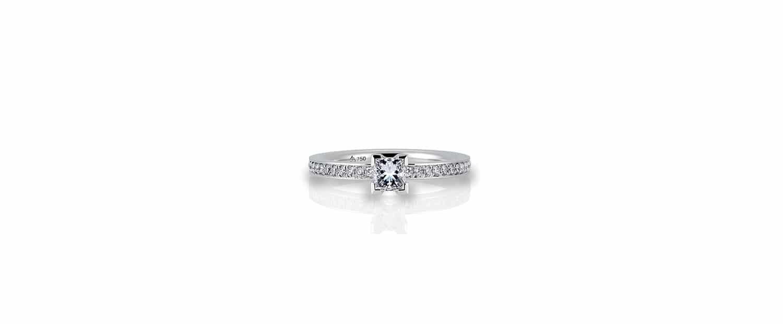 Unser Verlobungsring in Weißgold mit einem Diamant im Princess Cut und Brillanten für Verlobung und Hochzeit